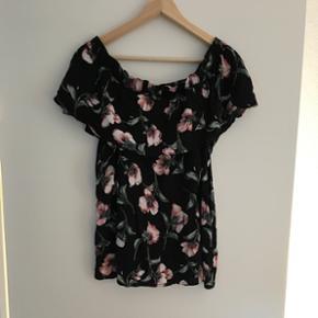 Sirup- Sarah blouse, Black rose Købt i  - Aalborg  - Sirup- Sarah blouse, Black rose Købt i juli måned til 499 kr. Brugt en gang og vasket en gang. Str. M/L - Aalborg