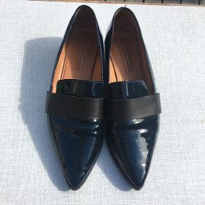Bianco x Trines Wardrobe læder sko med  - København - Bianco x Trines Wardrobe læder sko med lak. Skoene er mørkeblå og bæltet er sort - København