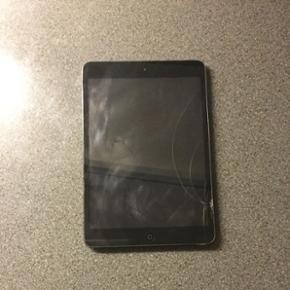 IPad Mini, 16 GB, 3-4 år gammel. Flækk - Aalborg  - IPad Mini, 16 GB, 3-4 år gammel. Flækket skærm samt mange ridser bagpå som ses på billederne. Virker upåklageligt dog ikke lige så hurtig som nye iPads. Kan evt. Bruges som begynder iPad til små børn. Oplader følger ikke med, men er e - Aalborg