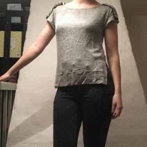 Tshirt med nitter på skuldrene - Randers - Tshirt med nitter på skuldrene - Randers