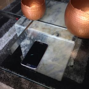 Samsung Galaxy S6 Edge. Fungerer perfekt - Randers - Samsung Galaxy S6 Edge. Fungerer perfekt. Dog er skærmene både bag og fortil lettere skadet som det ses på billederne. Den fejler intet udover dette. - Randers