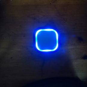 Lækker lille Bluetooth højtaler med fa - Hjørring - Lækker lille Bluetooth højtaler med farve skiftende led lys. Spiller godt. Byd så finder vi en god pris :) - Hjørring