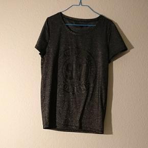 Tshirt fra minimum i glimmer. Kradser ik - Århus - Tshirt fra minimum i glimmer. Kradser ikke. God stand - Århus