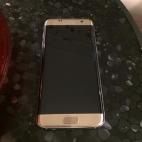 Samsung Galaxy s6 edge, i guld. 32gb. S? - Slagelse - Samsung Galaxy s6 edge, i guld. 32gb. Sælger denne lækre mobil for min svigermor da hun hellere vil have iPhone. Den er cirka 8 måneder gammel. Den fejler ingenting. Kasse, original oplader og muligvis også høretelefoner medfølger. - Slagelse