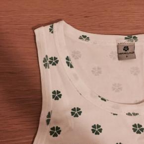 Hvide toppe/undertrøjer med grønne, bl - Århus - Hvide toppe/undertrøjer med grønne, blå eller lyserøde firkløvere. De er fra Papfar's Pige og i fin stand. De passes af en xs/s eller en 164. 100% bomuld. 10 kr. pr. stk. - alle 3 for 25 kr. - Århus