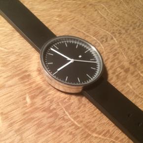 Uniform Wares 200 Series ur. Elegant og  - Århus - Uniform Wares 200 Series ur. Elegant og klassisk ur. Uret er 40 mm bredt, har en sort/mørkegrå skive og er monteret på en original sort Uniform Wares gummirem. Nypris: 2.200 kr. Kan både bæres af mænd og kvinder. Enkelte ridser på glad og  - Århus