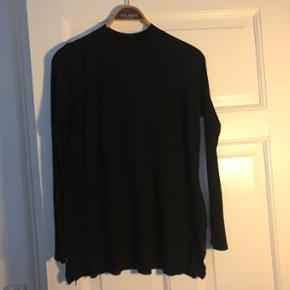 Tynd strik trøje fra Monki i sort. Brug - København - Tynd strik trøje fra Monki i sort. Brugt lidt men sælges billigt. Så BYD BYD BYD :)) - København