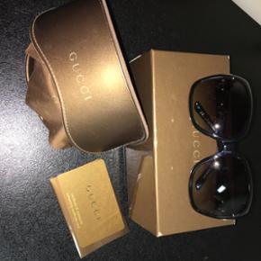 Gucci solbriller, med ægthedsbevis! Ori - Esbjerg - Gucci solbriller, med ægthedsbevis! Originale glas i, netop monteret da brillen har været anvendt med styrke! Selve solbrillerne er købt i 2010, men har ikke været anvendt i mere end to år, har herefter altid lagt i etui - Esbjerg