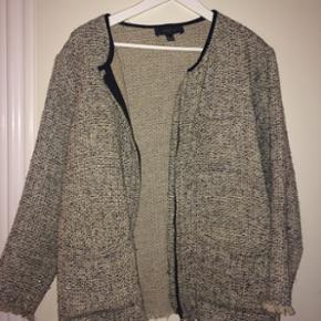 Tynd gråmeleret jakke fra Mango købt i - København - Tynd gråmeleret jakke fra Mango købt i Prag. Der er sølvtråd i stoffet. - København