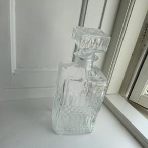 Glas karaffel (whisky karaffel) Har stå - København - Glas karaffel (whisky karaffel) Har stået til pynt på rullebord, der har aldrig været væske i, den lukker meget tæt, så den kan sagtens bruges til opbevaring af whisky eller hvad man nu ønsker. ☺️ Tynd i glasset, så den vejer ikke - København