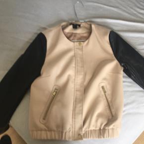 Sælger denne fine jakke fra H&M i en st - Hillerød - Sælger denne fine jakke fra H&M i en str. 38, da jeg dsv ikke for den brugt - Hillerød