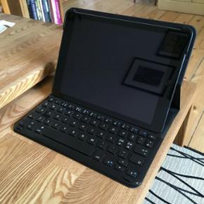 Cover med indbygget tastatur til iPad Ai - København - Cover med indbygget tastatur til iPad Air og iPad Air 2. Coveret er af mærket Sandstrøm, og har kun været brugt få gange. Tastaturet forbindelses til iPad via bluetooth. USB-opladerkabel og original emballage medfølger (det gør iPad'en  - København