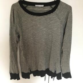 Sweatshirt fra ZARA str small. Sort- og  - Skanderborg - Sweatshirt fra ZARA str small. Sort- og hvidstribet med sorte kanter. Detalje i bunden med slidser - Skanderborg