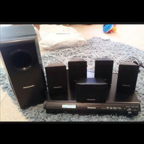Panasonic dvd afspiller med surround Sou - København - Panasonic dvd afspiller med surround Sound. 5 små højtalere til at placere i rummet og en bas. Fejler i intet