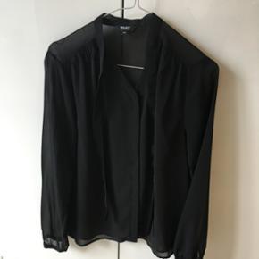 Tynd sort skjorte med bindebånd i str x - Odense - Tynd sort skjorte med bindebånd i str xs - Odense