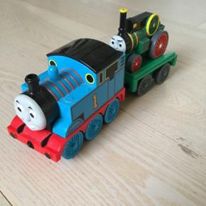"""Thomas tog med """"passagertog"""". Det grønn - Ribe - Thomas tog med """"passagertog"""". Det grønne tog kan trækkes ned og kører så selv op på ladet og så kører Thomas afsted. Ribe. Kr 75 - Ribe"""