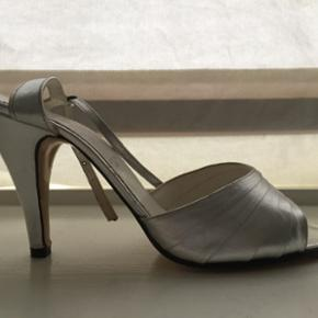 Vintage silver heels in lovely condition - København - Vintage silver heels in lovely condition. Too narrow for my very wide feet, but a normal sized 38. Will be gorgeous for summer! - København
