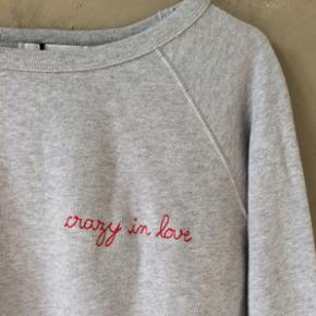 Sweatshirt fra Maison Labriche med tekst - København - Sweatshirt fra Maison Labriche med teksten Crazy in Love broderet på brystet. Aldrig brugt. Str. M (nypris 700kr) - København