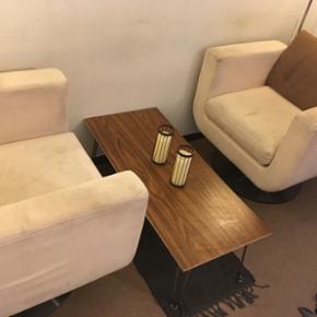 Billige og behagelig stole til salg til  - Odense - Billige og behagelig stole til salg til KUN 200 kr! OBS: Med i prisen er der inkluderet to gulvlamper og bordet som ses på billedet. Der er lidt slitage på stolene som ville være muligt at få af med et godt vaskemiddel og knofedt. Ikke desto  - Odense