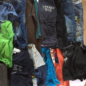 Børnetøjspakke str 98 til dreng. Indeh - Århus - Børnetøjspakke str 98 til dreng. Indeholder 5 par bukser, 1 heldragt, 2 t-shirts og 6 langærmede bluser, og 2 huer. Mærker så som Nike, Hummel, Mee Too, Name It - Århus