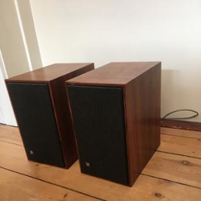 Elegante B&O højtalere i træ og stof.  - København - Elegante B&O højtalere i træ og stof. Den ene har et lille knæk og et mærke - derfor den billige pris. - København
