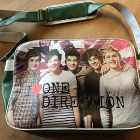 One Direction. En taske og to plakater ( - Esbjerg - One Direction. En taske og to plakater (70x100). Samlet pris: 100,- Pris pr stk: Plakater 40,- og taske 60,- - Esbjerg