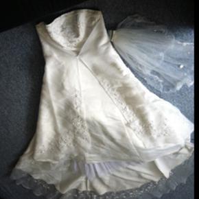 Brudekjole sælges!! Den er gulvlang, de - Aalborg  - Brudekjole sælges!! Den er gulvlang, der medfølger slør og underkjole. Str 44. 1600 eller prøv kom med et bud - Aalborg