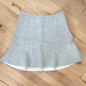 Nederdelen er fra Zara. Nederdelen er i  - Esbjerg - Nederdelen er fra Zara. Nederdelen er i grå. Brugt få gange. Kom med et bud. - Esbjerg
