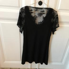 Dress from Zara with beautiful lace slee - København - Dress from Zara with beautiful lace sleeves and v-front and back. Size S - København