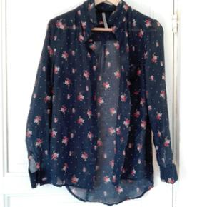 Blouse with cute flowers semi-transparen - Århus - Blouse with cute flowers semi-transparent - Århus