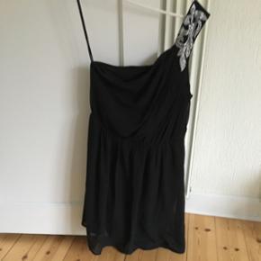 One-shoulder kjole fra Vero Moda m. fin  - Næstved - One-shoulder kjole fra Vero Moda m. fin detalje på skulderen str. M (aldrig brugt) - Næstved