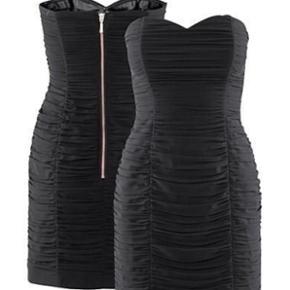 Drapperet sort festkjole med lynlås på - Århus - Drapperet sort festkjole med lynlås på ryggen fra H&M. Str. 36 - Århus