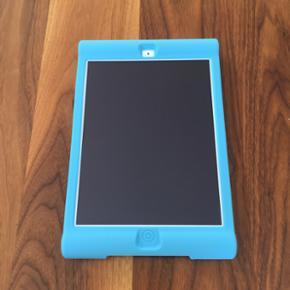 Stødabsorberende iPad cover Helt nyt st - Århus - Stødabsorberende iPad cover Helt nyt stødabsorberende iPad cover. Perfekt til børn, da coveret er robust og beskytter iPad'en mod slag og stød. Coveret er lavet af silikone og med dets runde ender giver det behageligt greb. Coveret fås både - Århus