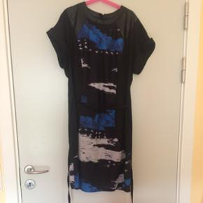 Dress with print and leather detail on t - Århus - Dress with print and leather detail on top - Århus