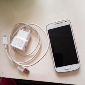 Samsung Galaxy s4 mini sælges. 2 år ga - Esbjerg - Samsung Galaxy s4 mini sælges. 2 år gammel. Har en flænge på tværs af skærmen (se næste billede) , men dette har ingen betydning i forhold til mobilens funktioner, den fejler absolut intet! Sælges pga køb af ny mobil. Skal afhentes i 67 - Esbjerg