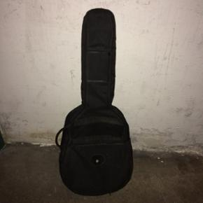 Guitar-taske. Med hanke så man kan bær - Århus - Guitar-taske. Med hanke så man kan bære den på ryggen. Blødt fór indeni til at beskytte guitaren. - Århus