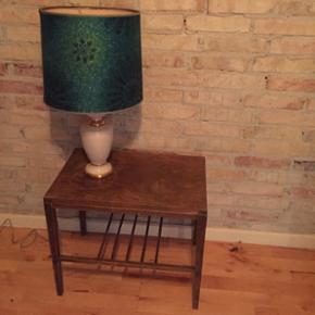 Fin lampe og sødt lille bord. Lampen ko - Århus - Fin lampe og sødt lille bord. Lampen koster 250,- og bordet 185,- - Århus
