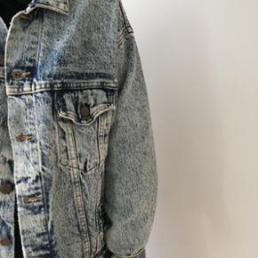 Levis jakke, acid washed. Købt brugt i  - Holbæk - Levis jakke, acid washed. Købt brugt i Berlin. Str L Gav 400 for den, så kom evt med et bud :) - Holbæk