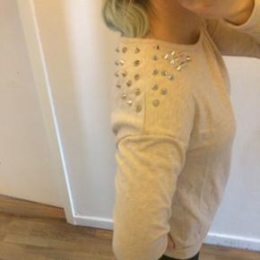 Sweatshirt med nitter på skuldrene - Slagelse - Sweatshirt med nitter på skuldrene - Slagelse