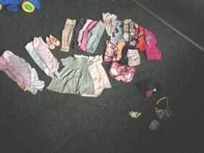 En pose med pigetøj til salg. Indholder - Billund - En pose med pigetøj til salg. Indholder Kjoler Bukser Leggings Body- lang og kortærmede Trøjer Shorts Ballerina sko T-shirt Brugt få gange Fra 80-86 i størrelse - Billund