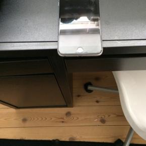IPhone 6 plus 16 GB i sølvgrå. Et år  - Esbjerg - IPhone 6 plus 16 GB i sølvgrå. Et år gammel telefon som er meget velholdt. Købt i februar 2016. Kvitteringen har jeg ikke. Batteri fungerer fint. Stor og dejlig mobiltelefon. Der medfølger cover i prisen. Kom gerne med et bud. - Esbjerg