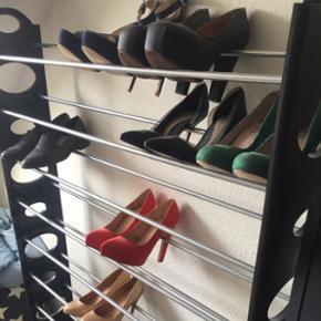"""Skostativ med plads til ca. 50 par sko.. - Vejle - Skostativ med plads til ca. 50 par sko... Den er lidt vakkelvorn, men det er da lykkes mig, at samle den og have sko på, får den desværre bare ikke brugt nok... Selvom det er en """"saml-selv"""" tror jeg den bliver svær at sende, så afhentning for - Vejle"""