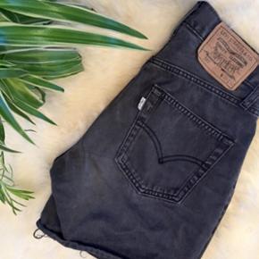 Levis shorts Afklippede bukser fra levis - Aalborg  - Levis shorts Afklippede bukser fra levis. Højtaljede W 28, L 32 Løfter numsen og sidder super godt Numsen her er bare blevet for stor - Aalborg
