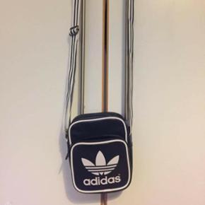 Dejlig lille adidas taske. Sælger den d - Aalborg  - Dejlig lille adidas taske. Sælger den da jeg ikke rigtig har brugt den. Standen er som hvis den var ny. - Aalborg