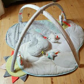 Dette aktivitetstæppe fra Skip Hop er e - Randers - Dette aktivitetstæppe fra Skip Hop er et dejligt tæppe med legetøjsbøjle, så dit barn bliver aktiveret, underholdt og hygger på samme tid! Aktivitetstæppet har fine legesager i himmeltema hængende i bøjlen, heriblandt en sky, et får, e - Randers
