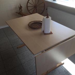 Ben kan nemt sættes på og af. 70 cm h? - Aalborg  - Ben kan nemt sættes på og af. 70 cm høj, bordplade 79 x 119, ekstra plade 39 x 119. Pladen kan også tages helt af. - Aalborg