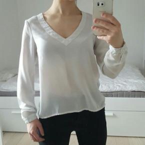 Vila long sleeves V shape blouse. Not th - København - Vila long sleeves V shape blouse. Not that white anymore... - København