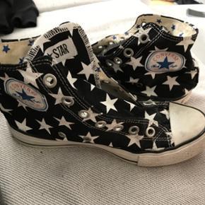 Converse sko Str 37 De er ikke i perfekt - Randers - Converse sko Str 37 De er ikke i perfekt stand, men med et par snørrebånd og en tur i vaskemaskinen så har du et par rigtige fine sko. Byd - Jeg sender ikke - Befinder sig i Randers C - Randers