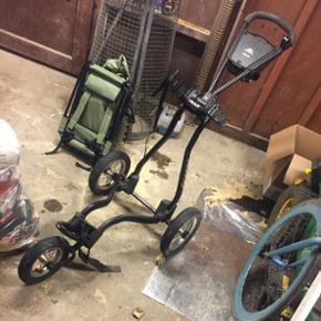 Golfsæts! Har en masse golf bags, jern  - Hjørring - Golfsæts! Har en masse golf bags, jern og vogn jeg gerne vil af med.. det har stået i garagen i et stykke tid så bags trænger til en vask der er for mange kr udstyr så BYD er åben for bud! Der er massere Tees og bolde