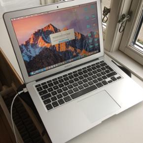"""MacBook Air 13,3"""" - 15 MÅNEDER GAMMEL M - København - MacBook Air 13,3"""" - 15 MÅNEDER GAMMEL MACBOOK - Der er stadig garanti på. Ingen ridser, virker lige så godt som ny. Kvittering haves. Sleeve medfølger. Ny pris 8.049,- Byd gerne :-) - København"""